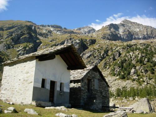 La Becca Torchè (al centro) ripresa dalla cappella della Madonna della Neve all'alpe Munes