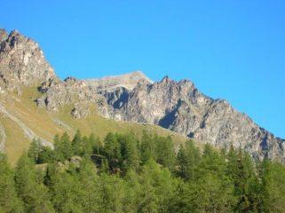La punta Bioula (al fondo) come appare salendo alla casa di caccia di Orveille