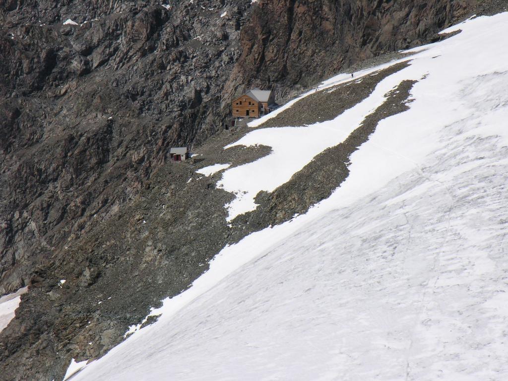 panorami dalla cima : Rifugi Marco e Rosa (vecchio e nuovo) (10-9-2006)