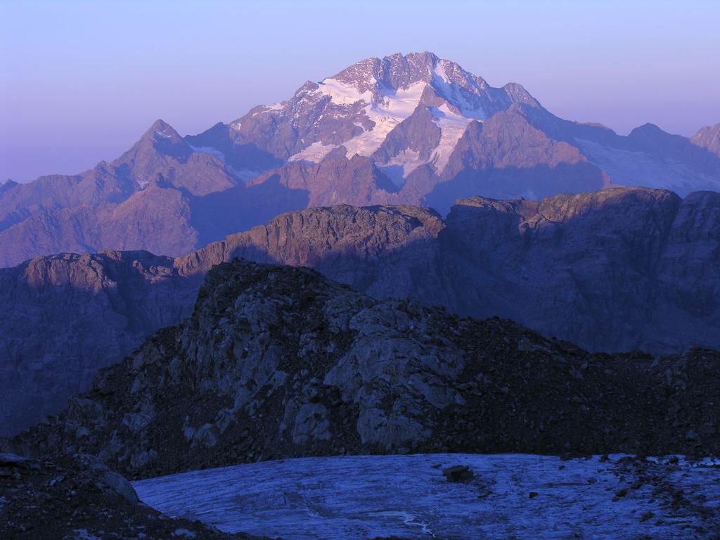 le prime luci dell'alba verso il Monte Disgrazia dal Ghiacciaio di Fellaria (10-9-2006)