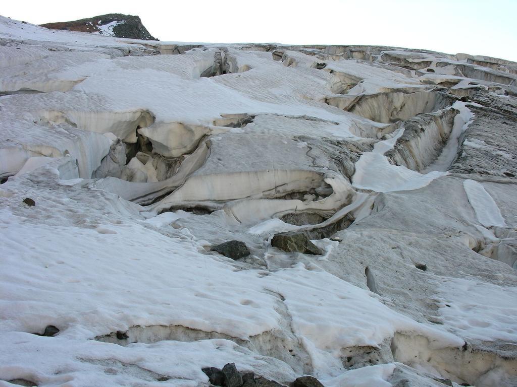 il ripido e crepacciatissimo pendio che porta al Passo del Sasso Rosso (10-9-2006)