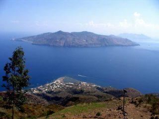 laghetto di Salina e isola di Lipari dall'inizio del sentiero