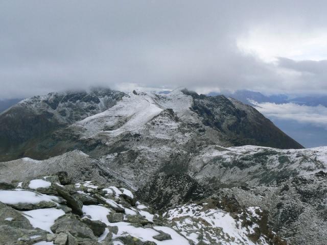 panoramica dalla cima tra nubi e neve