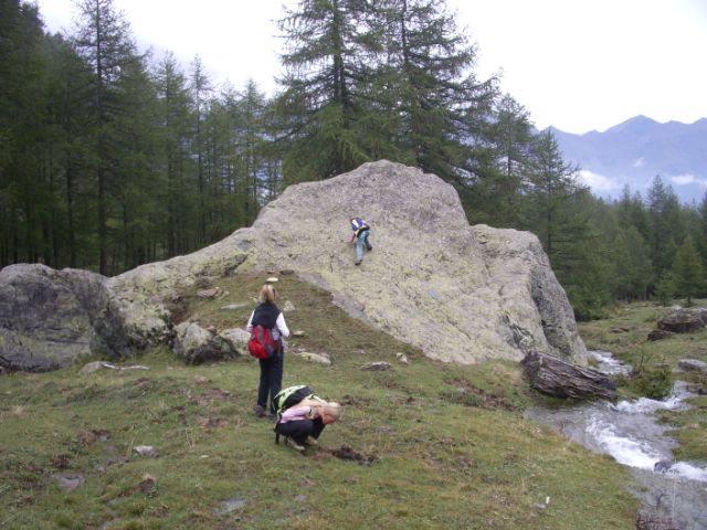 ...primi approcci alla roccia su massi lungo il Pian del Roc...