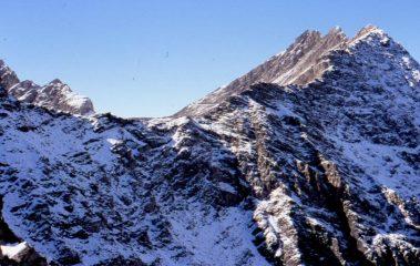 Col des Charmonts, Mt. Favre e Pointes des Charmonts salendo dal Col di Youla. Sullo sfondo, sotto il Mt. Favre, il sentiero per il Col del Berrio Blanc