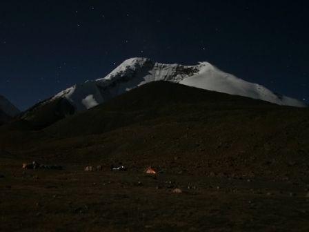 Il Kangyatse dal CB a 5050 metri. Notte prima dell'ascensione.