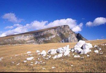 La tavola erbosa, inclinata sulla sinistra, a picco sulla destra, che sale alla vetta del Teggiolo