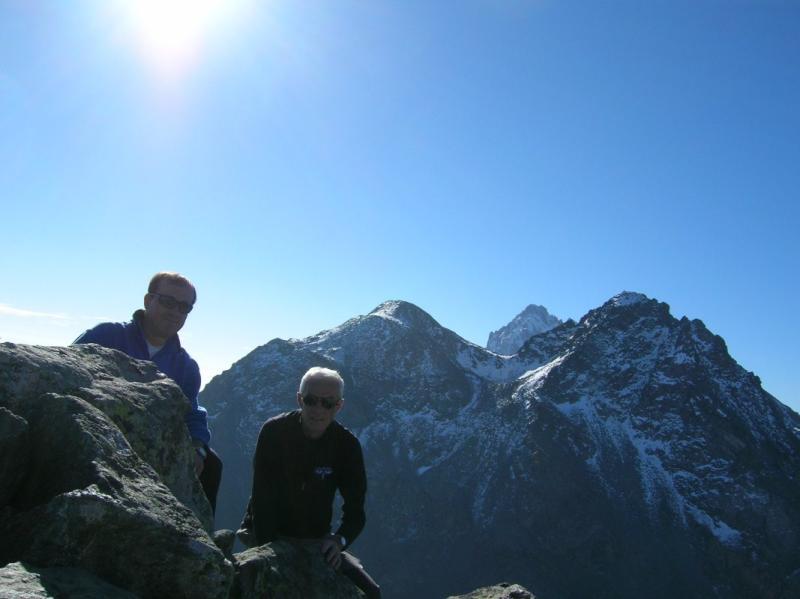autoscatto in punta, alle spalle monte Granero con la punta del Monviso dietro