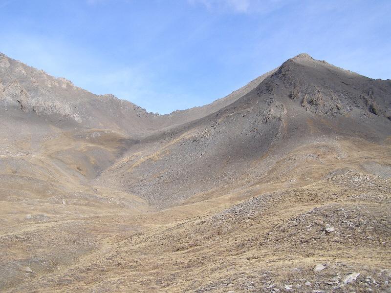 Parte centrale, tra magri pascoli, si sale al colle a sx del Platasse