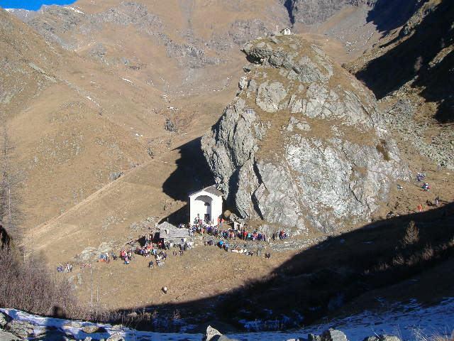 la folla davanti al santuario
