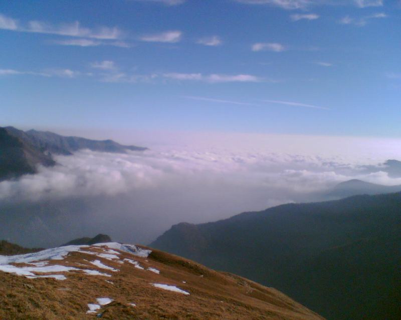 Decollo con vista del mare di nubi in direzione dell'atterraggio