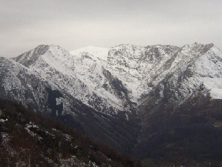 Il massicio del civrari dal monte arpone in una giornata grigia
