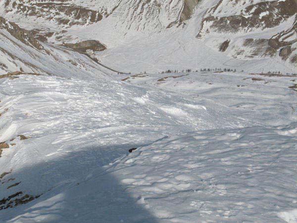Vista del percorso scattata dalla cima, in basso si vede il casolare della partenza.