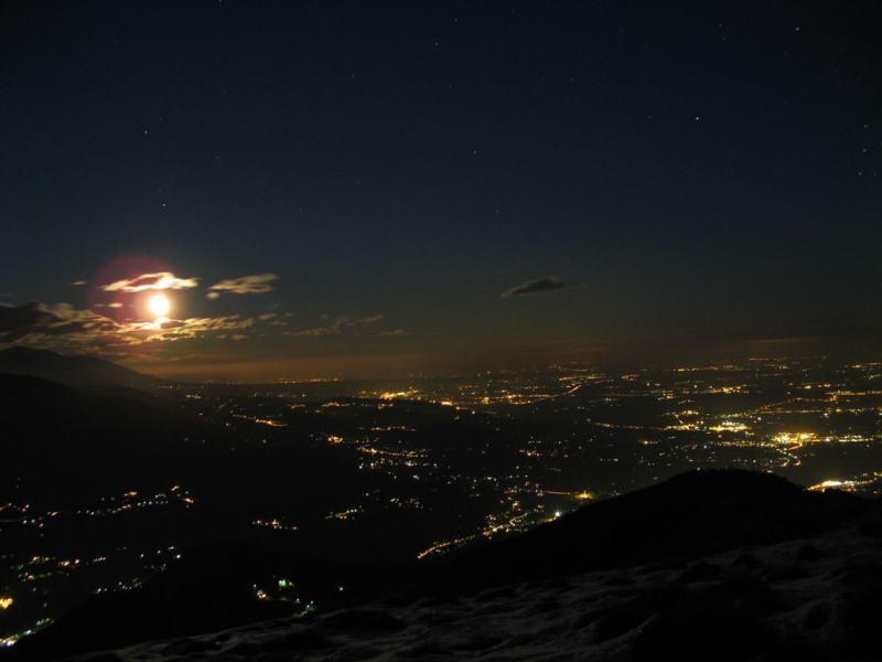 la luna sorge sulla pianura illuminata