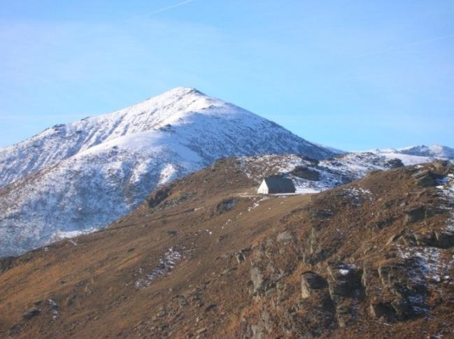 Madonna della neve dalla Cima Mares e sullo sfondo il Monte Soglio