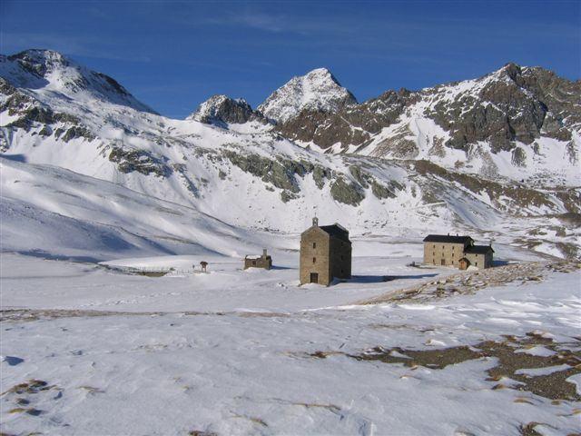 Il lago Miserin con il rifugio ed il santuario della Madonna della neve.