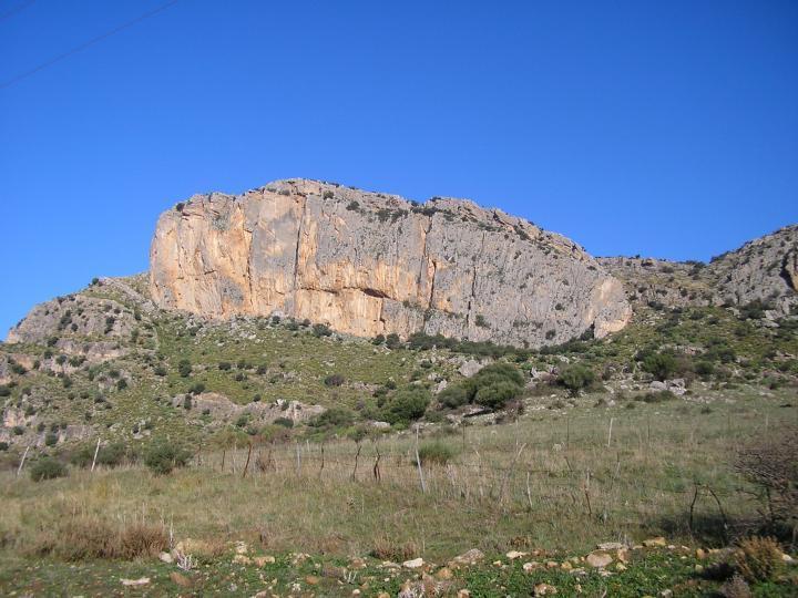 La parete S del monte oro. La via percorre la placconata grigia subito a destra dello spigolo