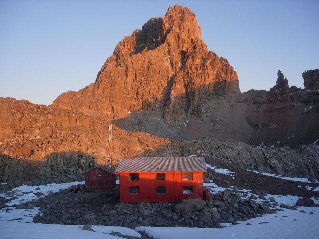 L'Austrian Hut e la parete SE del Nelion