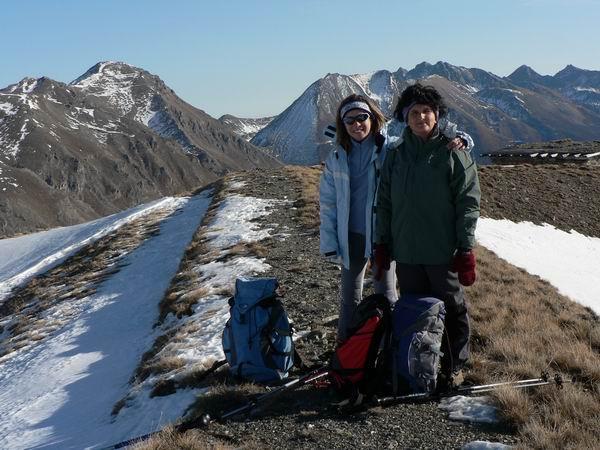 Anna e Roberta sulla piatta vetta dal monte gran costa