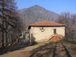 Le costruzioni del Santuario con il Monte Arpone