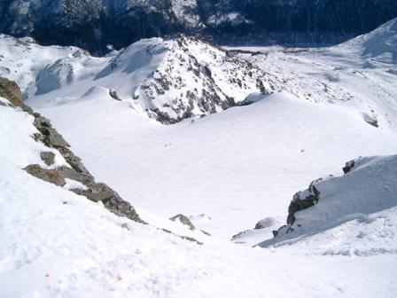 Il canale visto dalla cima e sulla dx del ghiacciaio l'evidente buco