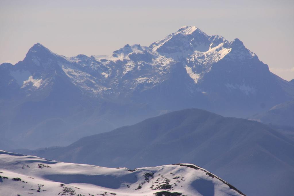 panorami dalla cima : Pania Secca (a sinistra) e Pania della Croce (a destra) (4-3-2007)