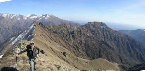 Arrivo a Cima del Loit. Dietro, la lunga cresta sino all'Arbella.