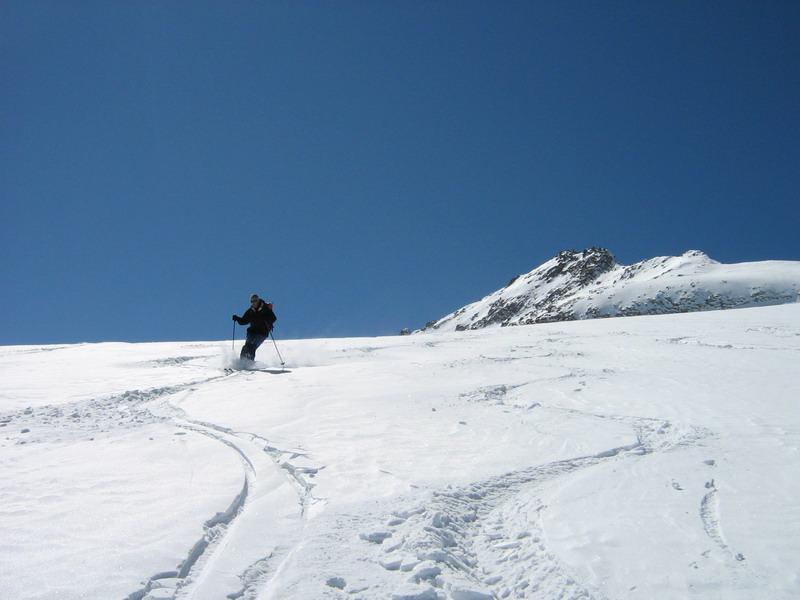 In discesa sul ghiacciaio con il Basodino sullo sfondo