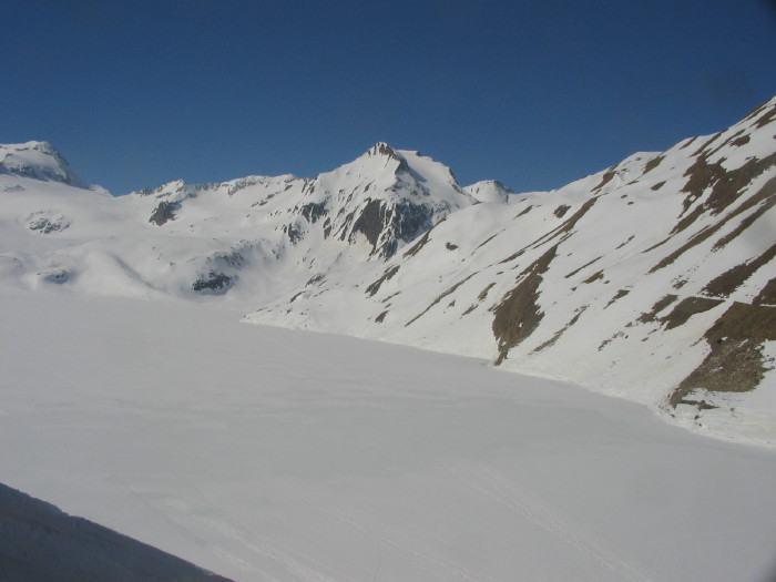 Hohsandhorn, al centro della foto, fotografato dal lago del Sabbione