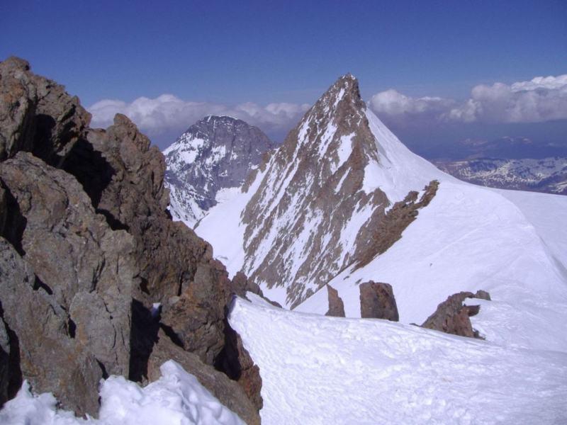 Il Gross Fiescherhorn visto dall' Hinter - Sullo sfondo l' Eiger