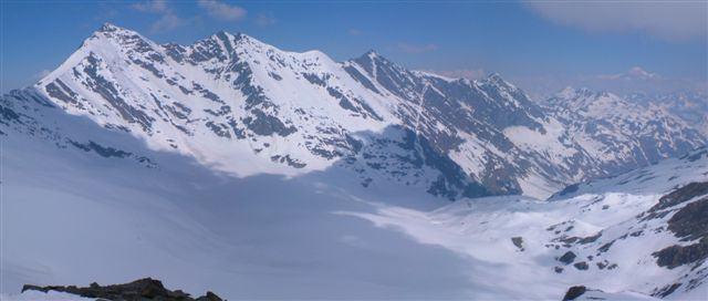 Grande e Petit Sassiere incombono sul ghiacciaio Gliarettaz. L'itinerario per la Becca si svolge prevalentemente sulla dx (nella foto in basso a dx).