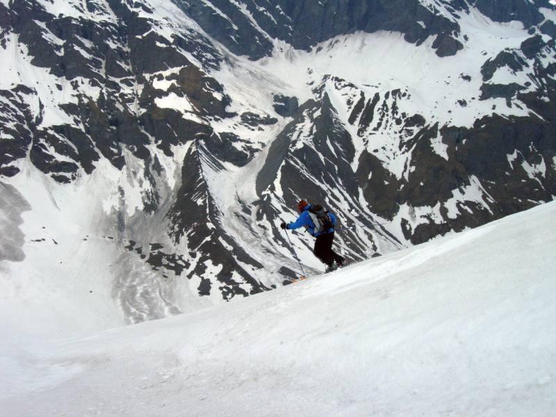 Michelino entra nel canale finale. Sullo sfondo le ripide ed espostissime balze di accesso alla Plattes des Chamois
