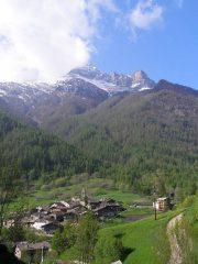Il Pelvo d'Elva visto poco sopra la frazione Chiesa