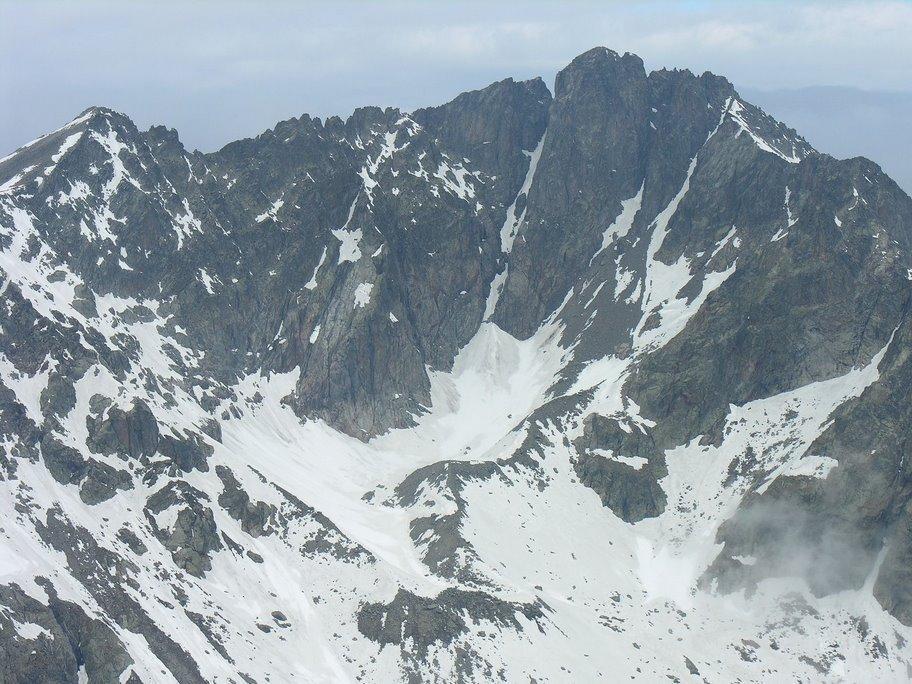 Panorami osservati dalla cima : Cima Ghiliè m. 2998 (a sinistra) e Cima di Brocan m. 3054 (a destra) (20-5-2007)
