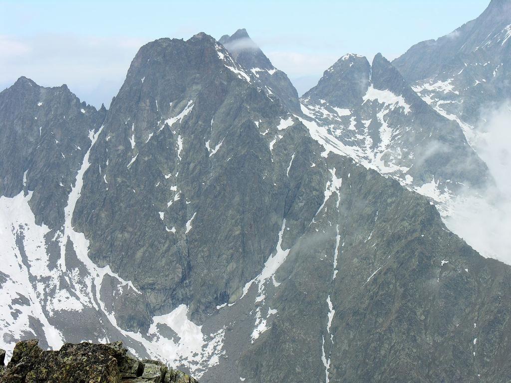Panorami osservati dalla cima : Cima del Baus, Cima di Nasta e Cima Paganini (da sinistra a destra) (20-5-2007)