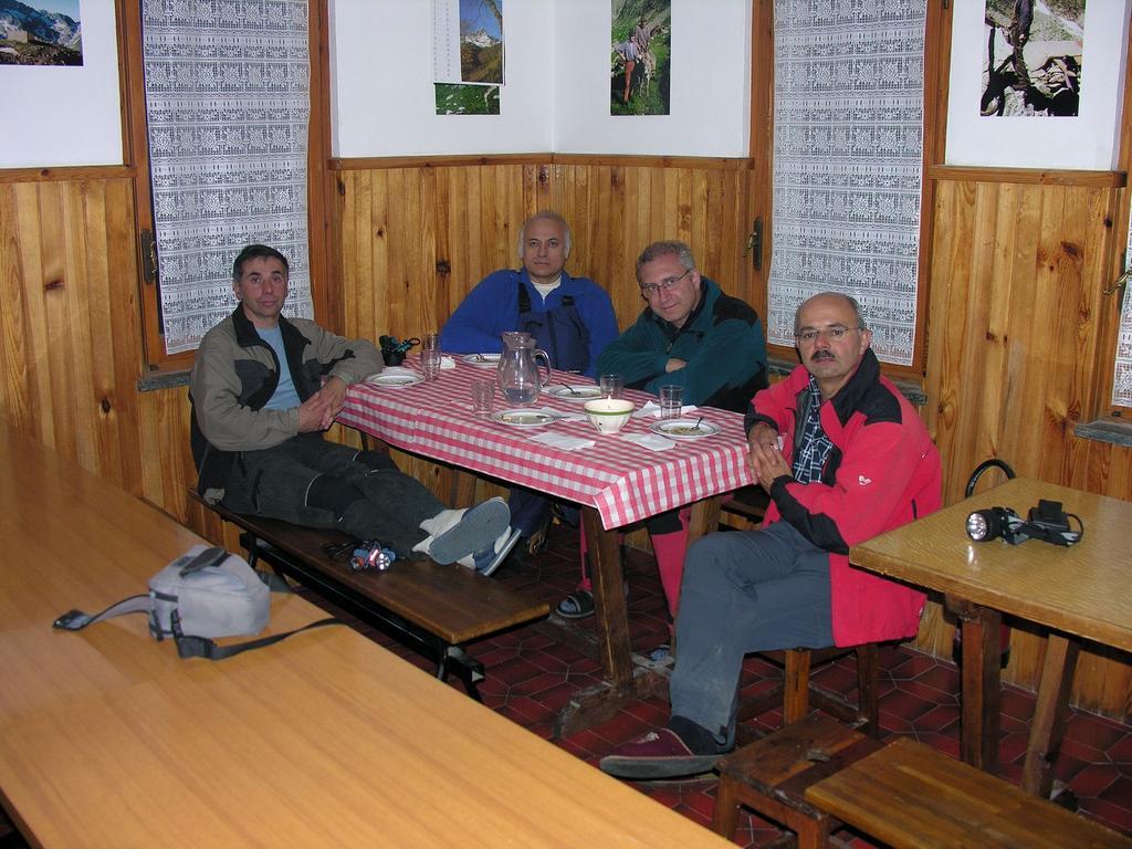 a tavola in attesa della cena al Rifugio Genova (19-5-2007)