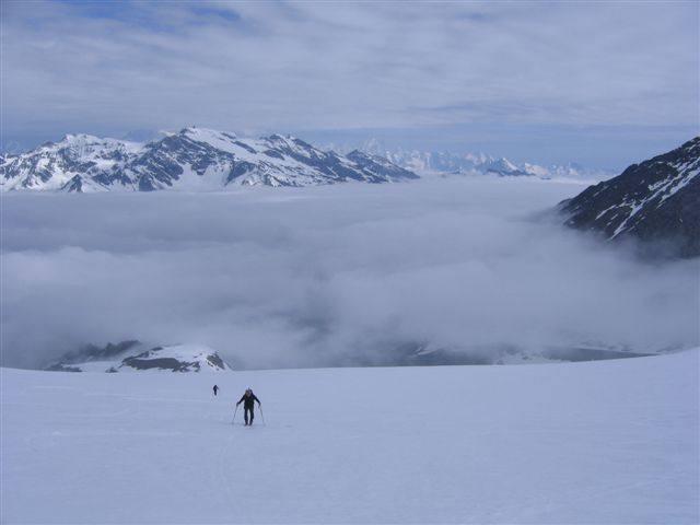 A pochi metri dalla vetta, mare di nuvole sulla Valle d'Aosta.