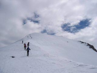 Salendo sulla cresta finale verso la vetta.