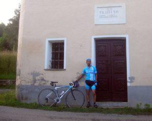 davanti alla chiesetta di saccona