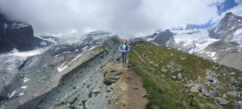 Paola in cresta al rientro con sfondo Mezzalama e Rif. Guide nelle nubi