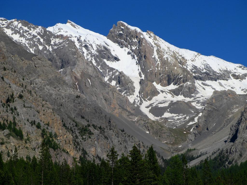 una splendida visuale sul versante Ovest del Pic de la Font Sancte m. 3385 dal Refuge de Basse Rua (21-6-2008)