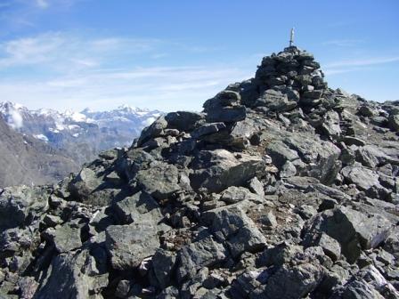 L'arrivo sulla panoramica cima, sullo sfondo il Gr. Paradiso