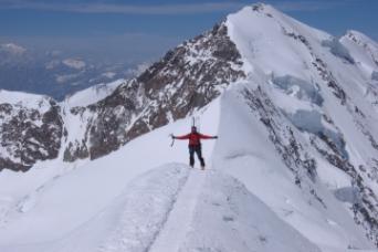 Paolo sulla cresta della Parrot con lo sfondo la N del Lyskamm