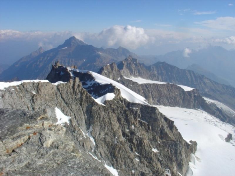 Panorama dalla cima con Piccolo Paradiso, Becca di Montandaynè, Herbetet e Grivola in secondo piano