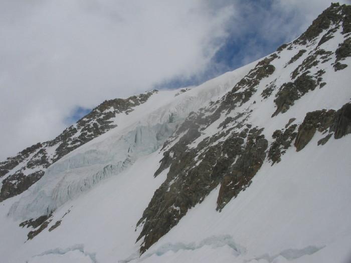 Seraccata sul plateu superiore del ghiacciao del Grandes Jorasses da attraversare poco sotto. In alto asx la punta Whymper e a dx la punta Walker