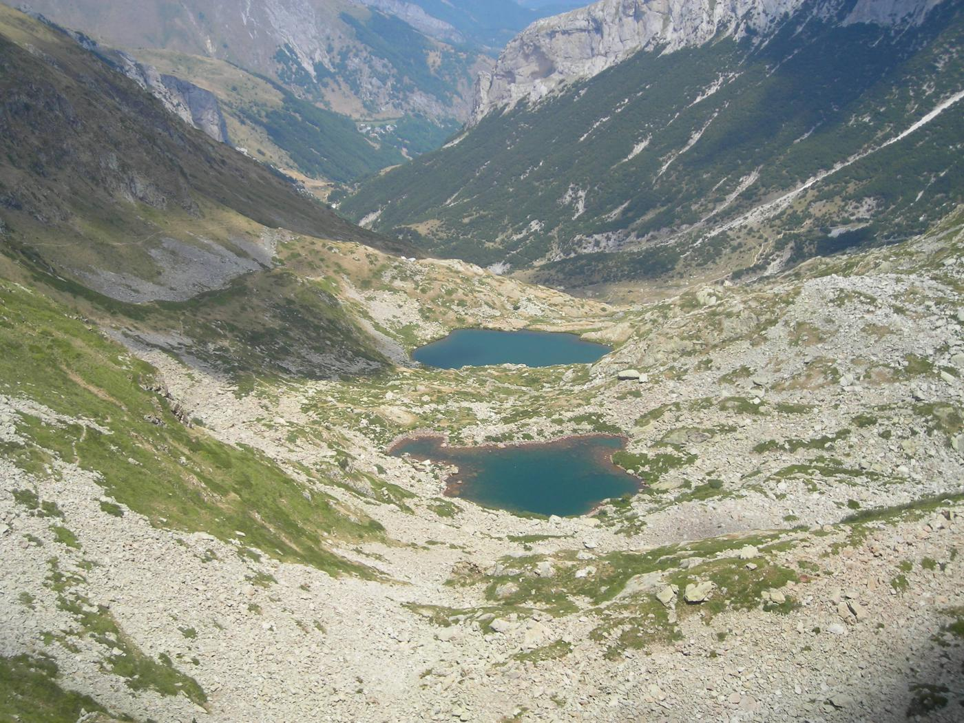 salendo vista sui sottostanti laghi