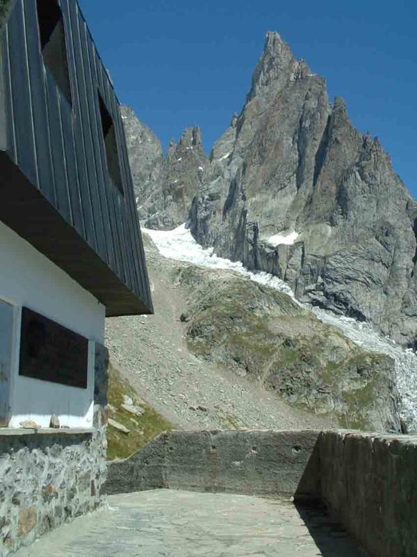 L'Aiguille Noire de Peuterey dalla terrazza del rifugio