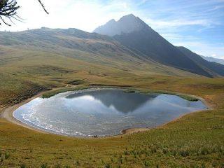 La Guglia Rossa si specchia nel Lago Chavillon