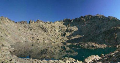 Panoramica sul lago Bellebone con la cima sulla destra.