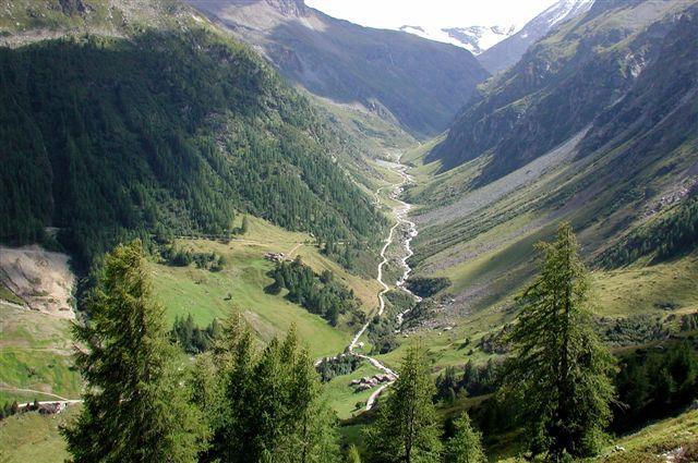 Il vallone verso il Bezzi visto dal sentiero alto di rientro oltre le alpi Ravera alte